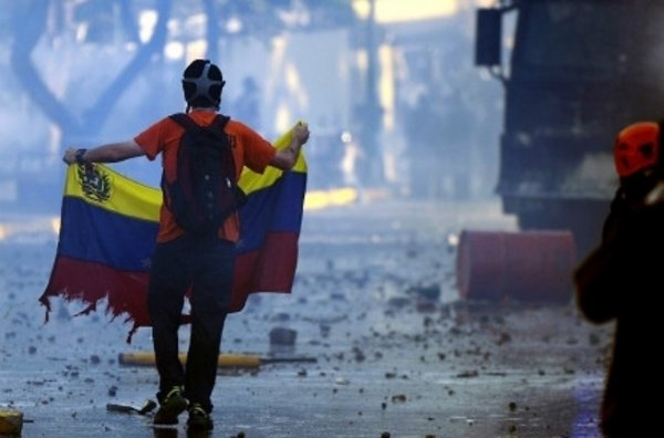 Manifestantes-en-las-calles-de_54401513875_53389389549_600_396